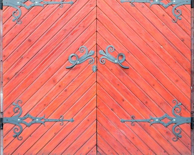 붉은 색조에 그런 지 오래 된 헛간 문