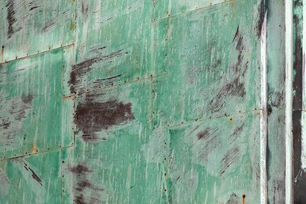 긁힌 자국과 균열이 있는 배경 또는 질감을 위한 녹색 금속의 그루지 산화 시트