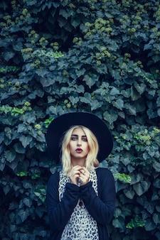 Внешний портрет образа жизни милой маленькой девочки, нося в стиле grunge swag битника городском. ретро винтаж тонированное изображение, фильм моделирования. улица прогулка