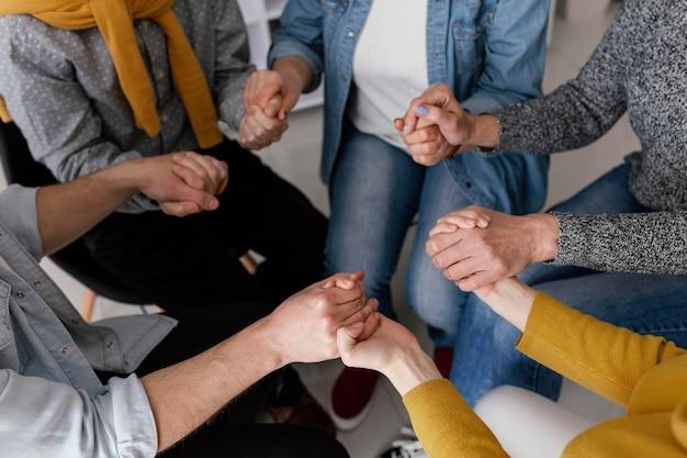 Сеанс групповой терапии, держась за руки
