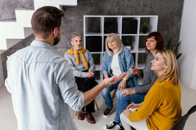 手をつないでグループ療法セッション
