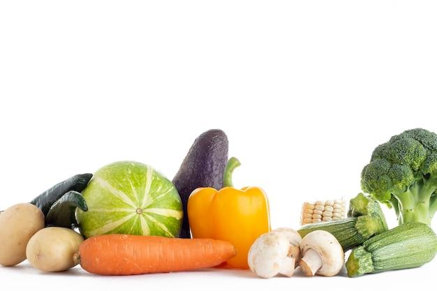 Grupo de verduras de diferentes tipos y colores sobre 폰도 블랑코