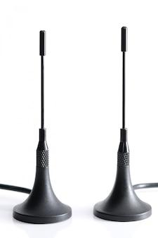 Антенна gsm с проводами на белом столе