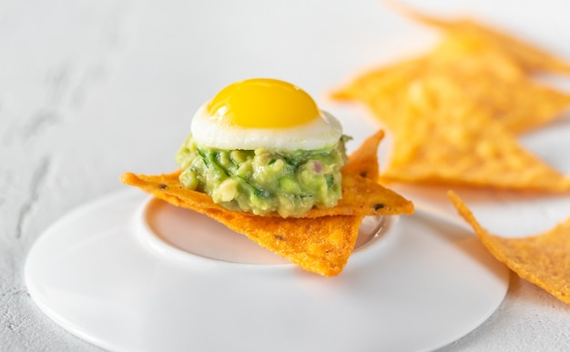 Закуска из гуакамоле и перепелиного яйца