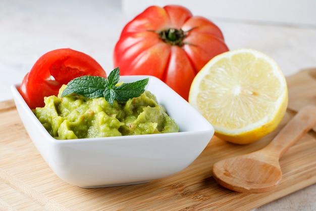 Соус гуакамоле с помидорами и лимоном