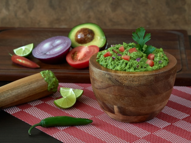 Гуакамоле типичная мексиканская еда с овощами и чили авокадо лимон помидор и кориандр