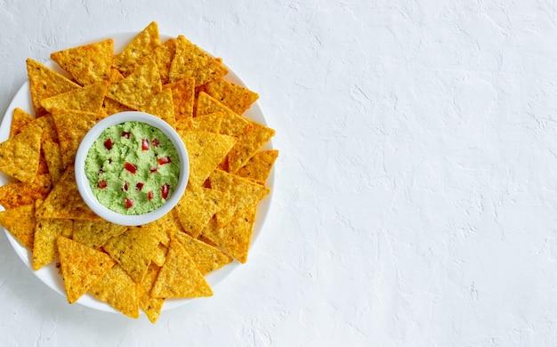 コーンチップスのナチョスを添えたワカモレ。メキシコ料理。ベジタリアンフード。