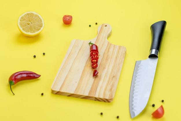 Гуакамоле с желтым фоном и лимонным перцем