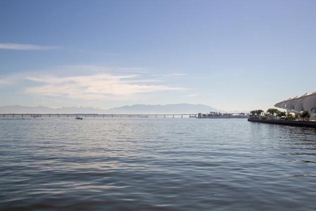 Залив гуанабара с мостом рио-нитерой и горами терезополис в рио-де-жанейро.