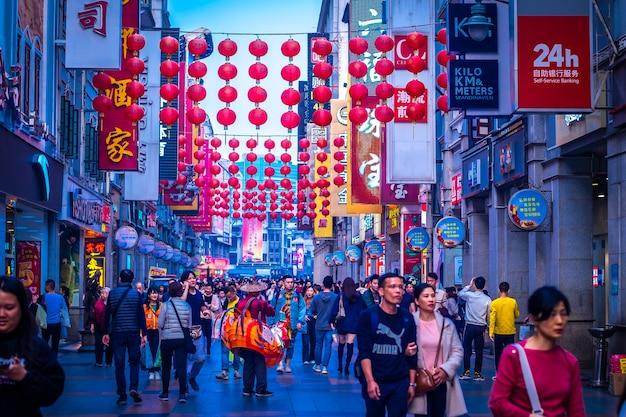 広州、中国2019年12月shangxiajiu歩行者。茘湾区の商店街。市内の主要なショッピング地区。主要な観光名所。