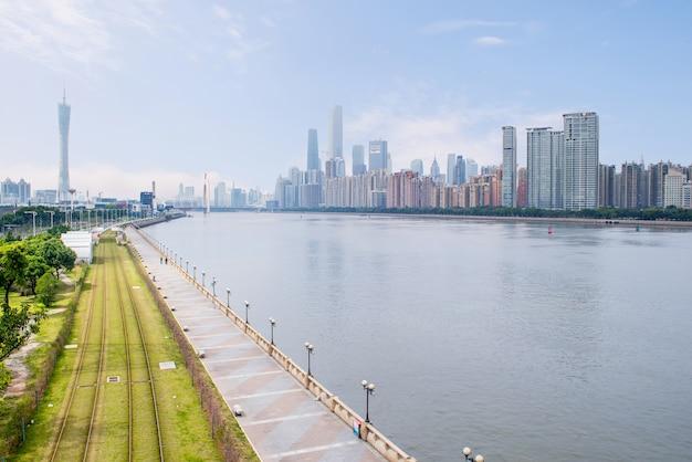 広州、中国-2月。 27、2016年:広州中央ビジネス地区と川の観光トラム。