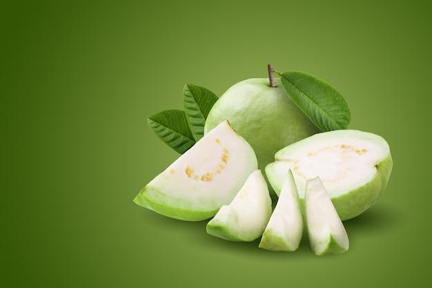 녹색 배경에 격리된 구아바 과일입니다.