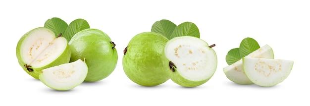 白い表面に分離された葉を持つグアバ果実