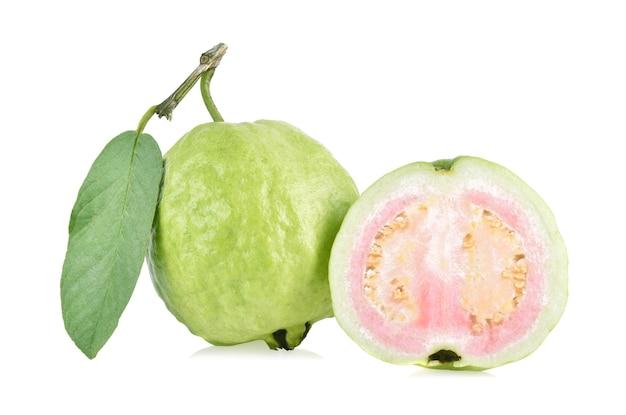 흰색 배경에 고립 된 잎 구아바 과일입니다.