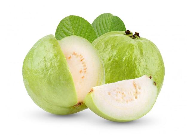 白いテーブルの上の葉でグアバ果実