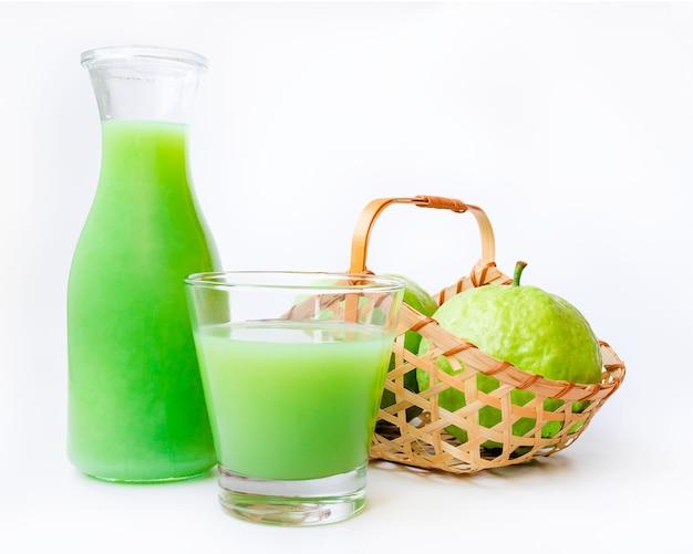 Сок гуавы с корзиной фруктов, изолированной на белом столе Premium Фотографии
