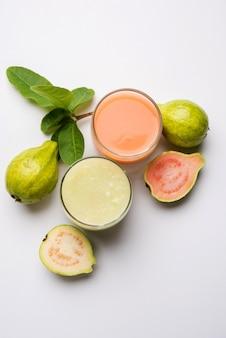 Смузи или сок из гуавы в стекле красного и зеленого цвета. индийские названия этого фрукта - амруд, джаам или перу. выборочный фокус