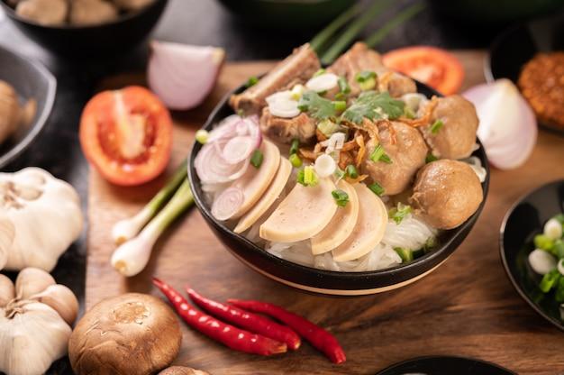 グアイジャップ、ミートボール、ベトナムのポークソーセージ、ポークボーン、タイ料理。