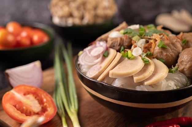 Гуай-яп, фрикадельки, вьетнамская свиная колбаса и свиная кость, тайская кухня.