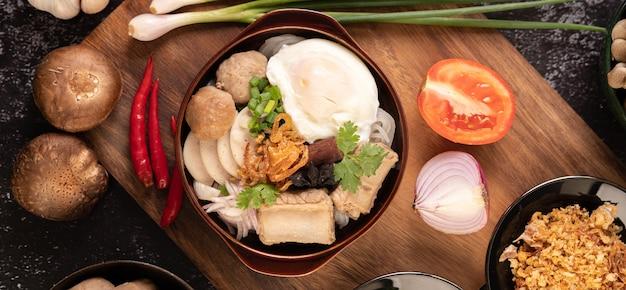 Guay jap, polpette di carne, salsiccia di maiale vietnamita e un uovo fritto, cibo tailandese.