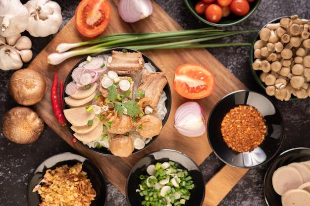Guay jap, polpette di carne, salsiccia di maiale vietnamita e osso di maiale, cibo tailandese.