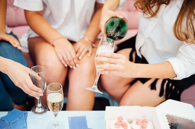 Гости на свадьбе чокаются бокалами шампанского