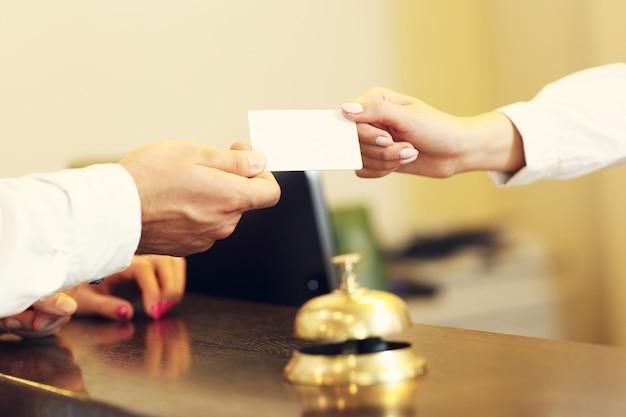 Гости получают ключ-карту в отеле