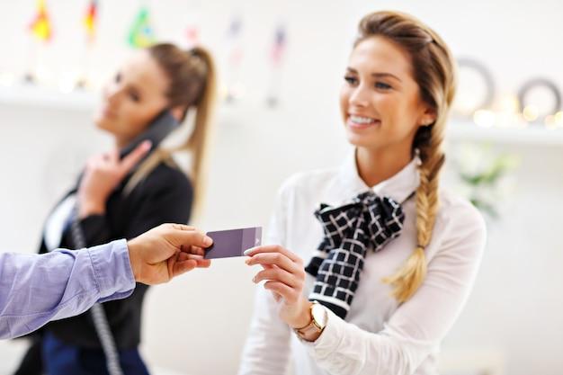 ホテルでキーカードを取得するゲスト
