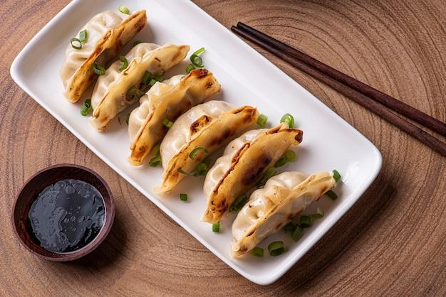 中華料理と日本料理のguiozaまたはjiaozi前菜。表示するには