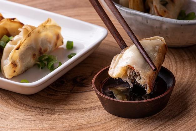 中華料理と日本料理のguiozaまたはjiaozi前菜。