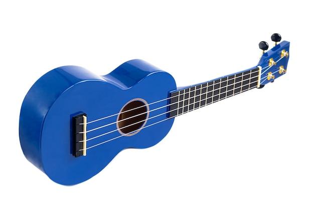 흰색 배경에 파란색 기타 악기. 우쿨렐레. 격리. 공간을 복사하십시오.
