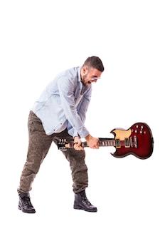 白い壁に分離されたギタープレーヤーの男