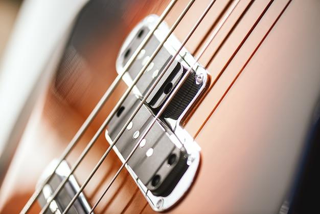 Структура гитары. крупным планом корпус электрогитары с металлическими струнами и звукоснимателями. музыкальные инструменты
