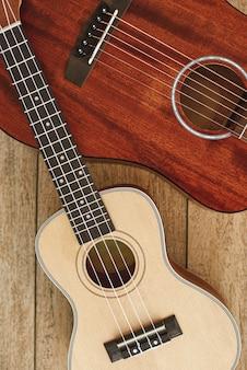 Гитара тема вертикальный вид сверху акустической гитары и укулеле, лежащих друг на друге