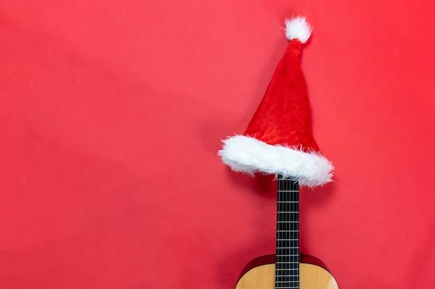 サンタクロースの帽子をかぶったギター。クリスマスソング。ハワイアンミュージック。クリスマス