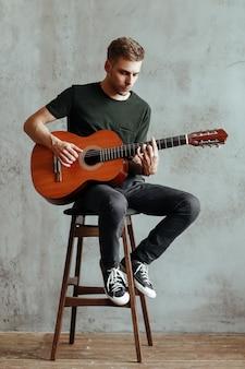 기타리스트 남자 집에서 기타를 연주