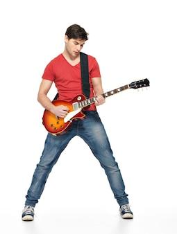 Мужчина-гитарист играет на электрогитаре с яркими эмоциями, изолирован на белом