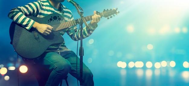배경 무대에서 기타리스트
