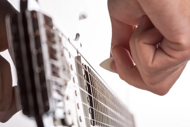 기타리스트는 무대에서 재생됩니다. 손에서 선택에 집중