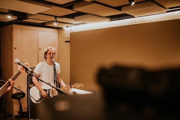 Registrazione del chitarrista in foto hd di musica in studio