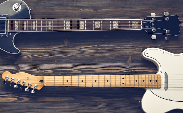 Гитары на темном деревянном столе