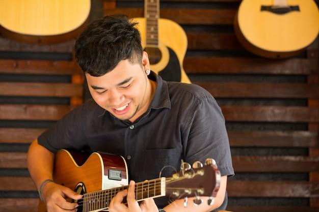 스튜디오에서 음악을 따는 기타 연주자