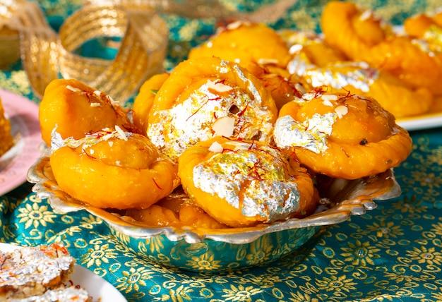 インドのディワリの甘い食べ物gujiaとチャンドラカラ