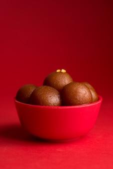 赤いボウルのgulab jamun。インドのデザートまたは甘い料理。