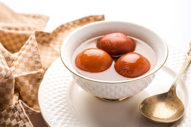 グラブジャムンは、お祭りや結婚披露宴で作られたミルクソリッドベースのインドのスイーツです