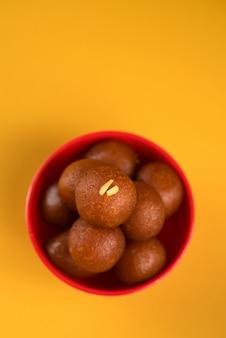 インドのデザートまたはスウィートディッシュ:gulab jamunをボウルに入れて。