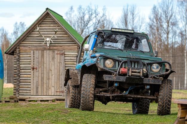 ラトビア、グルベネ-2021年5月2日:農場でオフロードチューニングを行うコンパクトな日本のsuv鈴木