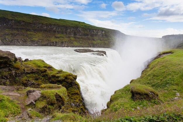 Гюдльфосс падает в летний сезон, исландия. исландский пейзаж.