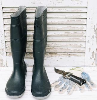 剪定ばさみと手袋のゴム長靴