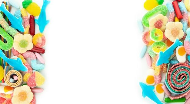 흰색 배경, 텍스트를 위한 공간에 격리된 젤리 사탕.